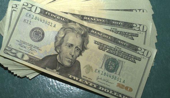 Em queda pela sexta sessão, dólar fecha em R$ 5,28