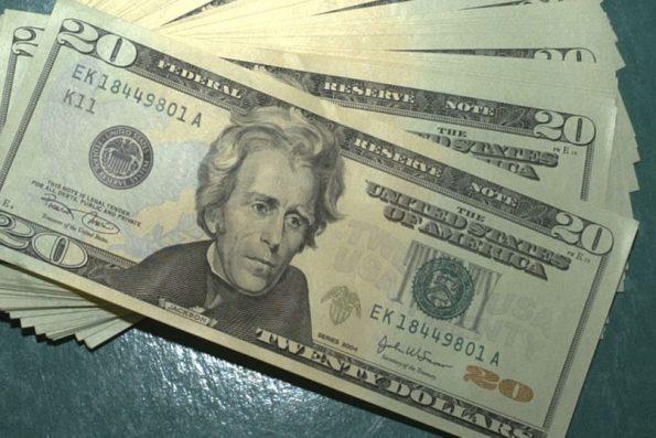 Dólar sobe mais de 1% e fecha em R$ 5,42 com receios no mercado